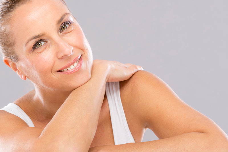 Une femme satisfaite des traitements pré ou post chirurgie qu'elle a reçu